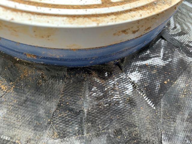 汚水枡のかさ上げ 隙間なく防草シートを貼る