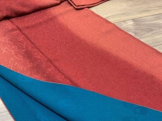 着物に使われる柄の種類【唐草柄の赤の着物】