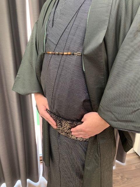 着物のポーズ『男性編』【帯に親指を入れる】
